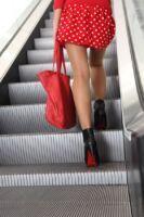 vrouw op roltrap